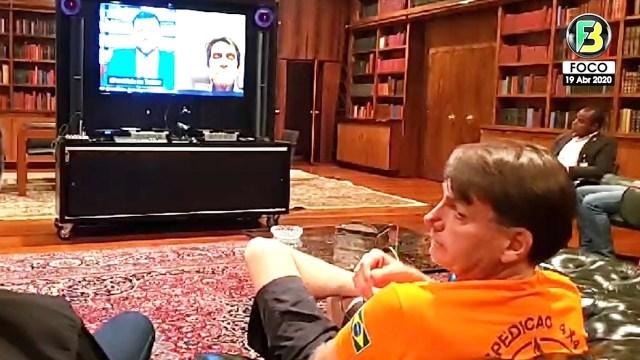 O presidente Jair Bolsonaro durante a transmissão da live em que Jefferson fez a denúncia do 'golpe'