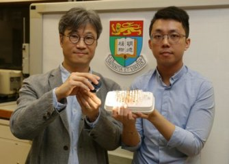 Materiaux d actionnement pour micro robots. declench' par la lumière . Professor Alfonso Ngan and Dr. Kwan Kin-wa introduce the new actuating material powered by light. Credit: Copyright The University of Hong Kong