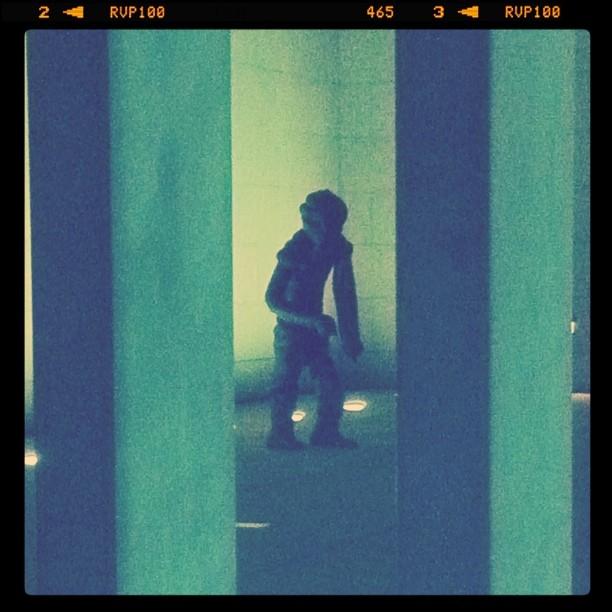 Mr Caca à l'entrée du musée d'art moderne