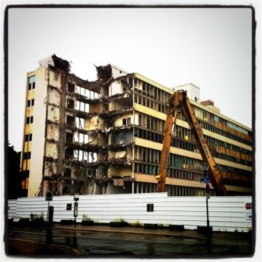 Démolition d'un immeuble derriere le NHC