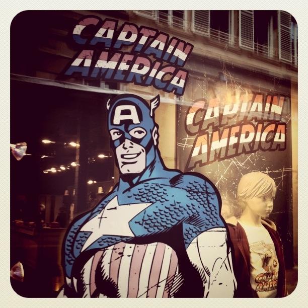 Captain America dans la vitrine de IKKS Strasbourg