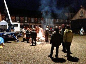 On se réchauffe près du feu