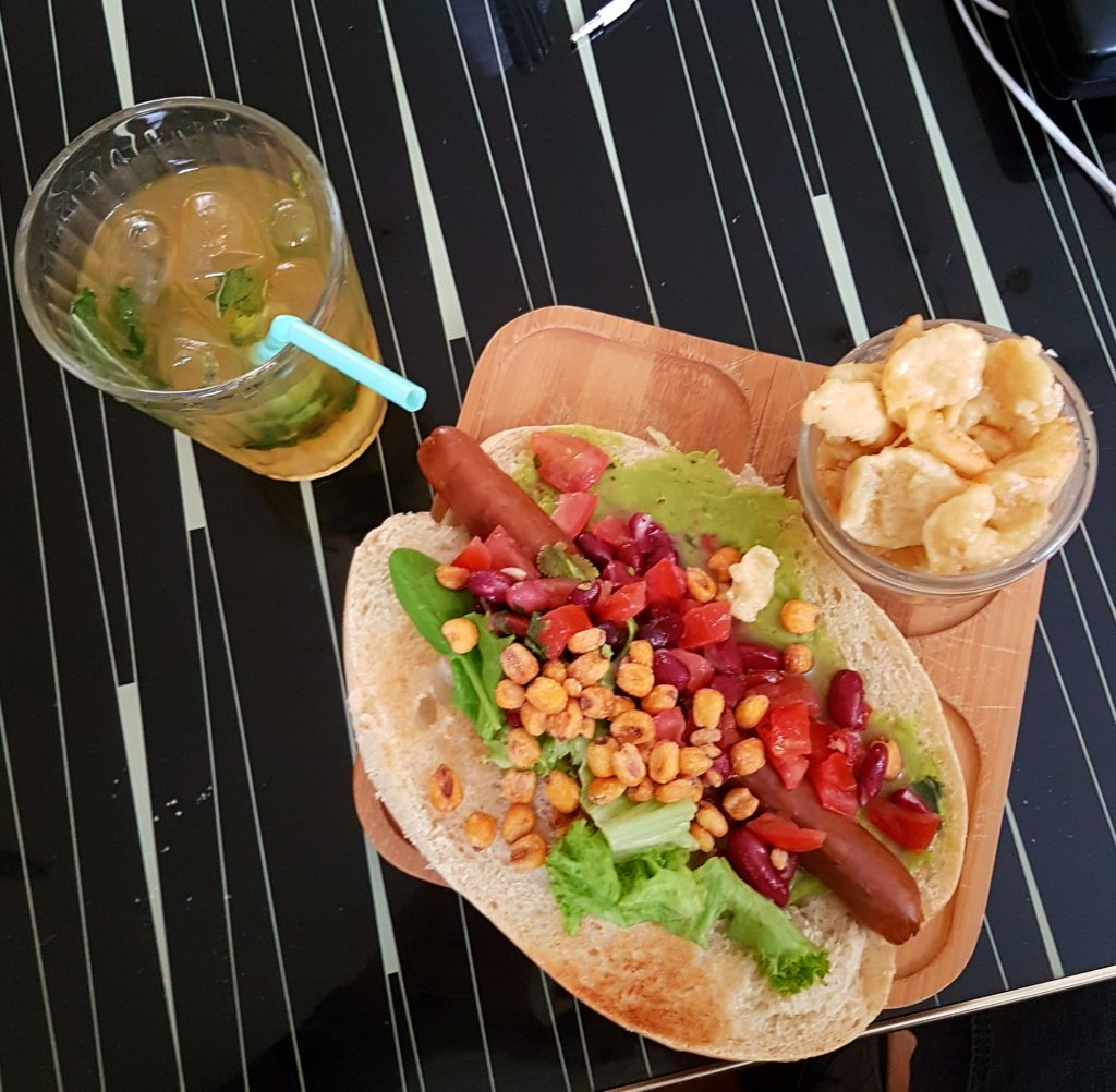 En voiture Simone Strasbourg hotdog vegan guacamole thé glacé