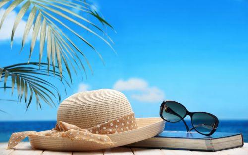 Topi dan Kacamata Pantai
