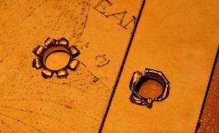 Twardy nit założony przy pomocy Scraparatusa (z lewej) i zwykłej zaciskarki (z prawej).