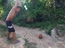 Slava rozbija kokosa