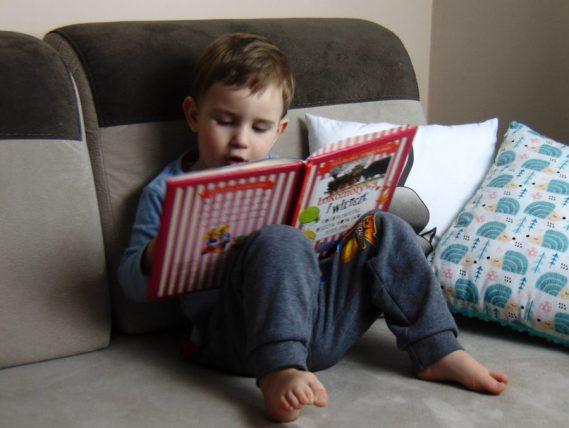Piotruś czyta