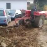Egy gazda megelégelte, hogy az emberek rendszeresen a földjére parkolnak… Lásd a bosszúját!
