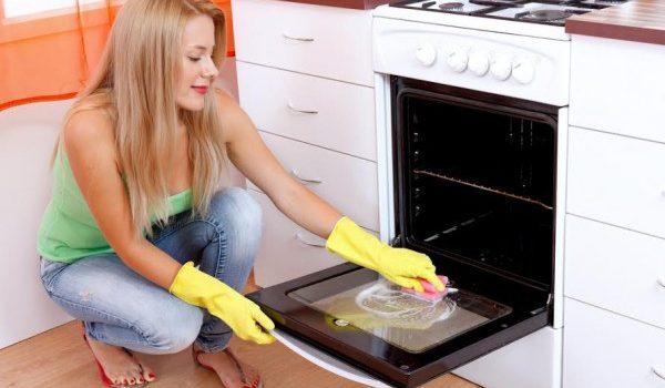 Mindig utáltam takarítani a sütőt, amíg rá nem találtam erre!