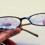 Így teheted a szemüveged karcmentessé, és így spórolhatod meg az új lencse árát