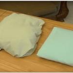 Így hajthatsz össze tökéletesen egy gumis lepedőt, akár kevesebb mint 2 perc alatt