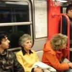 A metrón sok ember utazott, de nem hitték volna, hogy ilyen különleges előadásban lesz részük