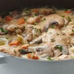 Csirkebecsinált gombával tejszínmártásban – A szósztól a csirkehús szaftos és puha lesz