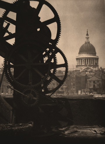 St. Paul's from Bankside, London  [Saint Paul desde Bankside, Londres], c. 1905 Impresión posterior al platino-paladio, 34,7 × 24,6 cm  31 Studio, Londres ©George Eastman House/Published and Printed by 31 Studio