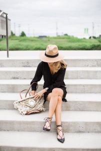 sapatilha lace up com vestido preto
