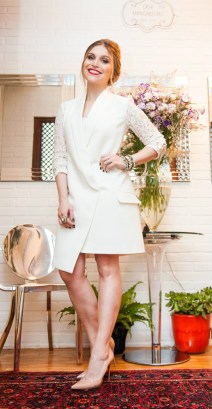 Scarpin nude + vestido branco