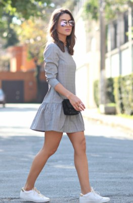 Vestido liso + tênis