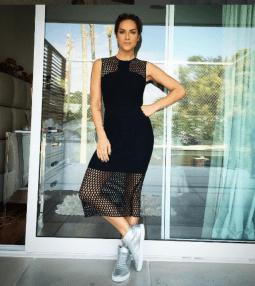 Vestido preto com transparência + tênis metalizado