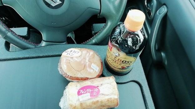 コンビニで買ったパンとコーヒー。朝食でございます。