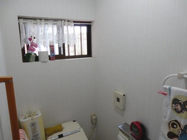 トイレの窓に換気扇取り付けます。