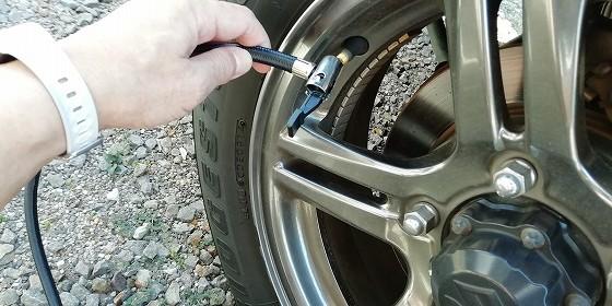 タイヤのエアバルブにアダプタを取り付けます。