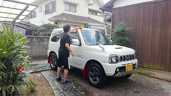 水分を洗車タオルで拭き取ります。