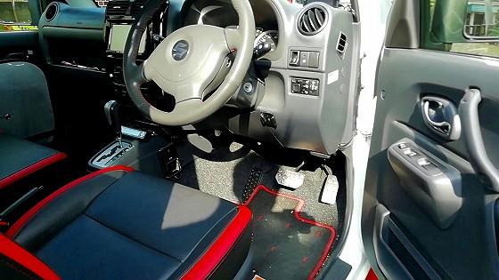 運転席の右下に、ボンネットオープナーがあります。
