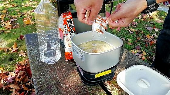 スープと調味油を投入!
