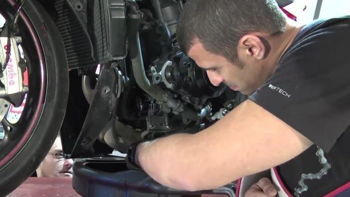 Comment faire la vidange de sa moto ?