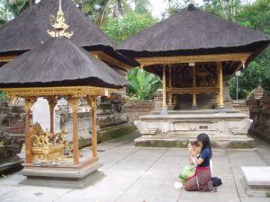 Бали. Молитва в храме.