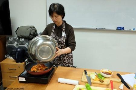 Выкладываем каракатицу на сковороду