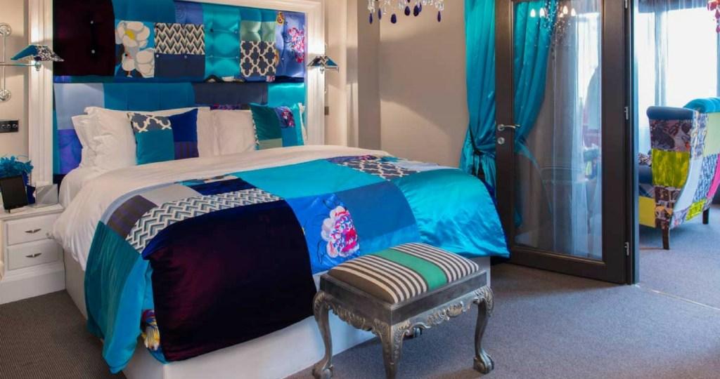 Exhibitionist hotel bedroom - patchwork style