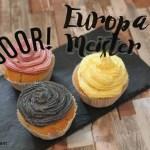 EM-Muffins mit Buttercreme und geplotteten Steckern.