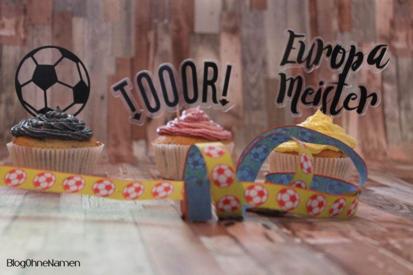 Unsere EM-Muffins mit einer einfachen Buttercreme und passenden Steckern aus Windrafolie und Vinylfolie. Die durfte der Schneideplotter wieder schneiden. :-)