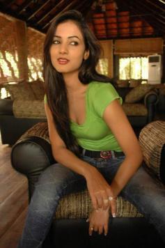 Sonal-Chauhan-Tight-Green-Top-Denim-Jeans (97)