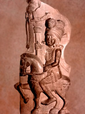 D'après un cavalier et enseigne, Bharhût, Madhya Pradesh, Inde du Nord. (Marsailly/Blogoselle)