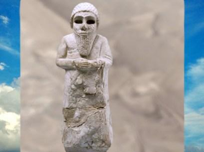 D'après un orant coiffé d'un bonnet, vers 2850 avjc - 2340 avjc, albâtre gypseux, époque des dynasties archaïques, pays de Sumer, Mésopotamie. (Marsailly/Blogostelle)