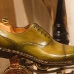 De schoenenpoetser poetst noest zijn schoenen