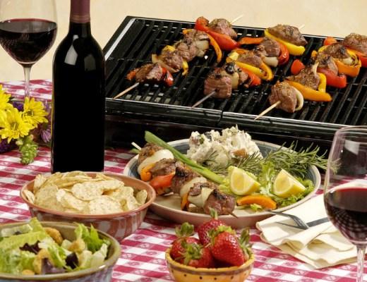 Vlees, vis, vega, gekruid, ongekruid, met of zonder saus. Wat je op de bbq wil gooien maakt niet uit, maar zorg wel voor goede wijn.