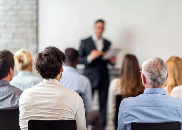 Pessoas assistindo palestras de coaching