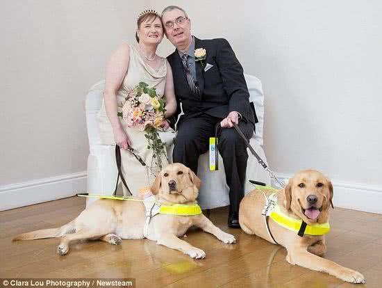 兩隻導盲犬促成牠們的主人締結連理