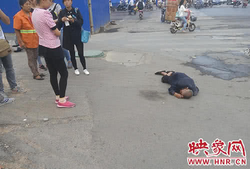 河南鄭州一名老人摔倒趴地,卻無人理會。