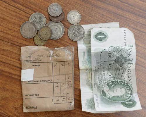 保存 62 年的薪資袋
