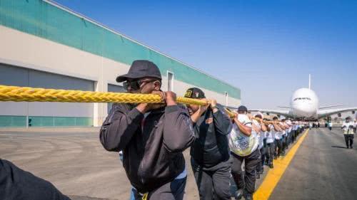 杜拜56名警察拖行客機100公尺