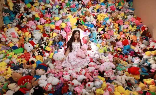 雅離的房間佈滿她夾回來的布娃娃