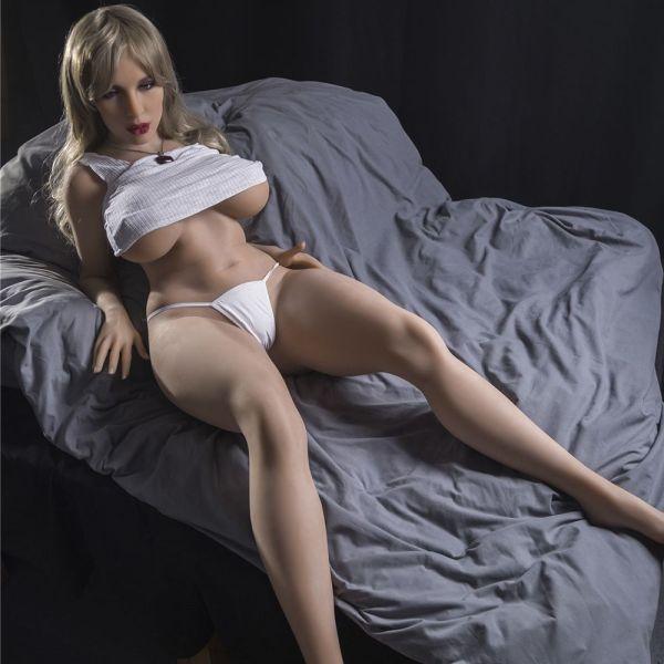boneca-sexual-na-cama
