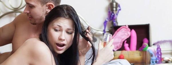mulher usa vibrador em frente ao parceiro