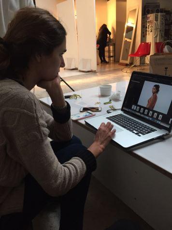 Delfina Serenelli editando las fotos después de la produccioón. Foto: Ángeles Cairoli.