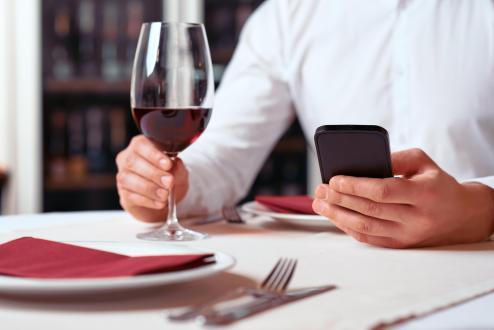 Cellulare-a-tavola-al-ristorante.jpg
