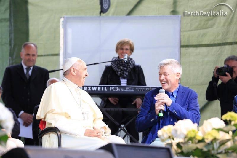 Papa-Francesco-sul-palco-del-Villaggio-per-la-Terra-con-Pierluigi-Sassi-Presidente-di-Earth-Day-Italia_reference.jpg